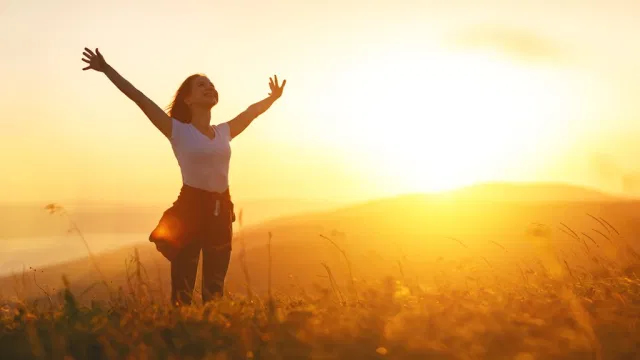 Счастливая женщина, живущая в унисон с природой